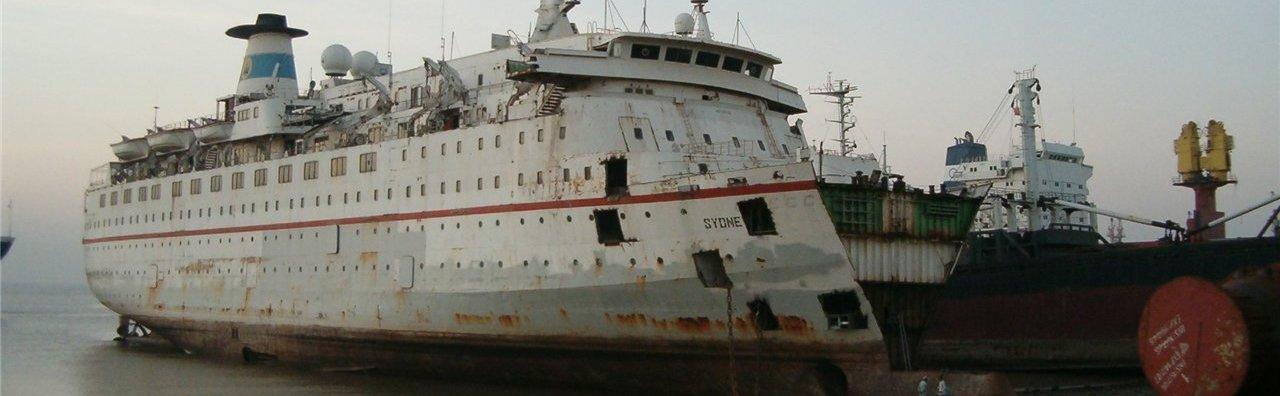 Корабль в процессе разделки на металлолом